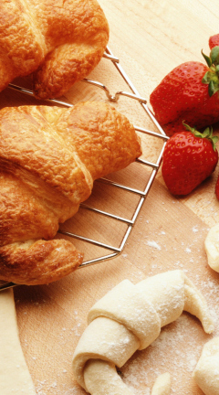 Screenshot №1 pro téma Croissants And Strawberries 240x432