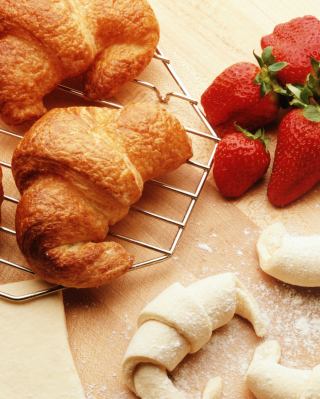 Kostenloses Croissants And Strawberries Wallpaper für 240x432