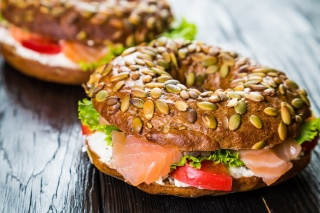 Free Bagel with Salmon Picture for 1024x768