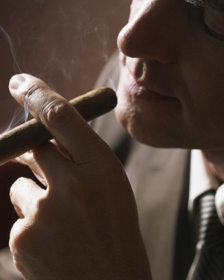 Smoke a Cigar sfondi gratuiti per iPhone 6 Plus