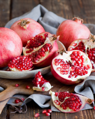 Fresh Pomegranates sfondi gratuiti per iPhone 6