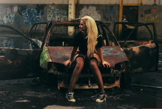 Kostenloses Blonde Girl And Old Scrap Car Wallpaper für Android 720x1280