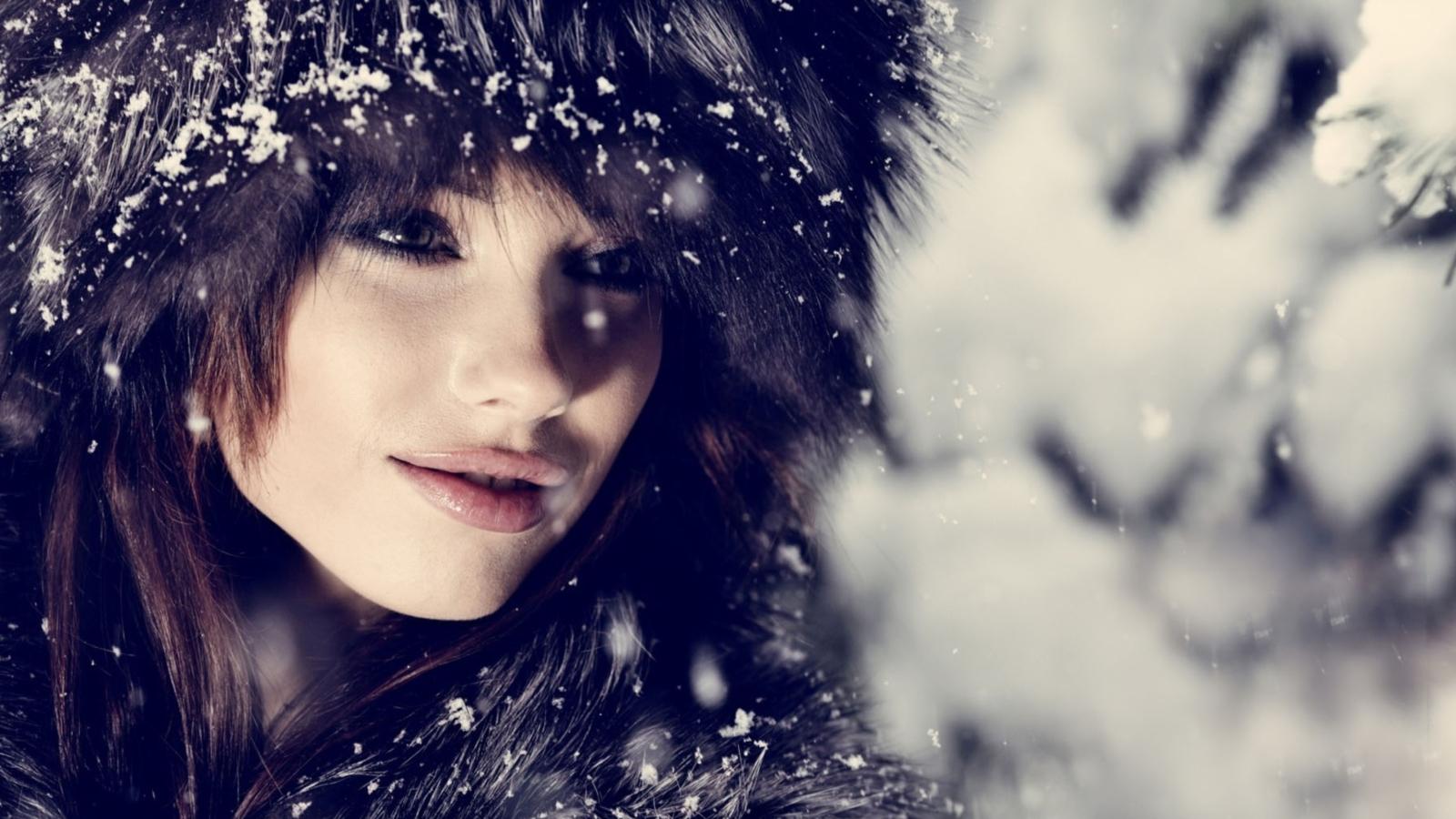 брюнетки под снегом фото этого случая