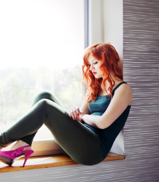 Beautiful Redhead Model And Window sfondi gratuiti per iPhone 6