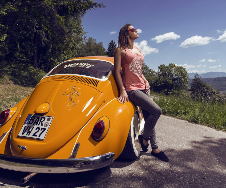 Fondo de pantalla Girl with Volkswagen Beetle 960x800