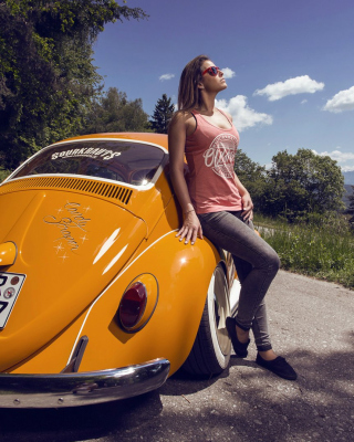 Картинка Girl with Volkswagen Beetle на телефон iPhone 6
