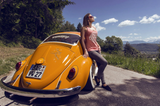 Kostenloses Girl with Volkswagen Beetle Wallpaper für HTC Wildfire