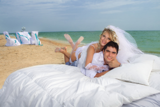 Just Married On Beach - Obrázkek zdarma