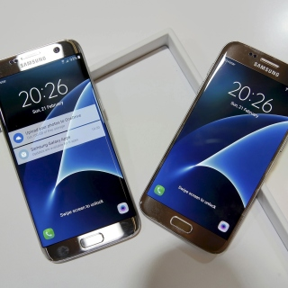 Samsung Galaxy S7 Edge vs Samsung Galaxy J7 sfondi gratuiti per iPad mini