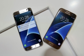 Обои Samsung Galaxy S7 Edge vs Samsung Galaxy J7 для Android