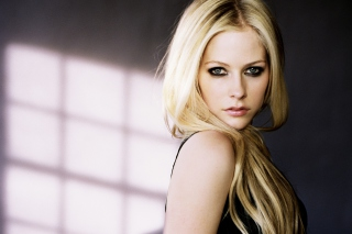 Free Cute Blonde Avril Lavigne Picture for Android, iPhone and iPad
