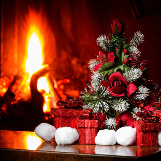 Christmas near Fireplace sfondi gratuiti per 1024x1024