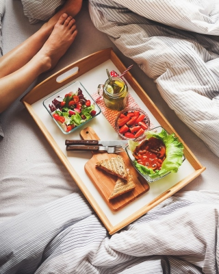 Breakfast in Bed sfondi gratuiti per iPhone 4S