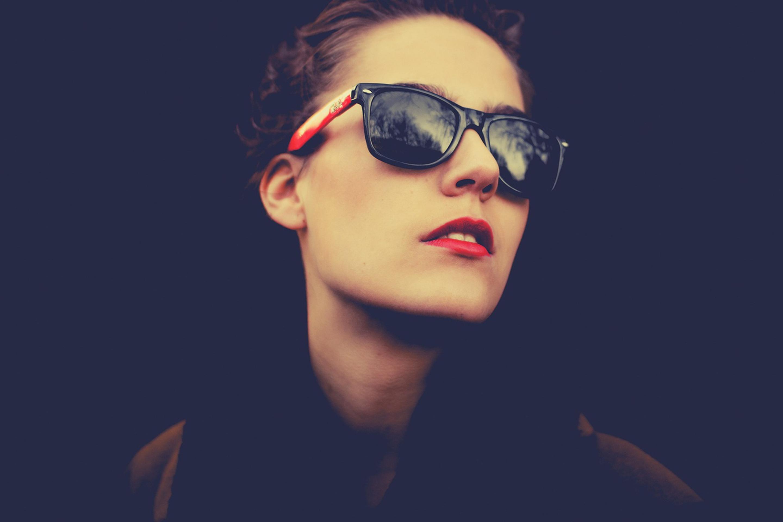 Девушка в темных очках без смс