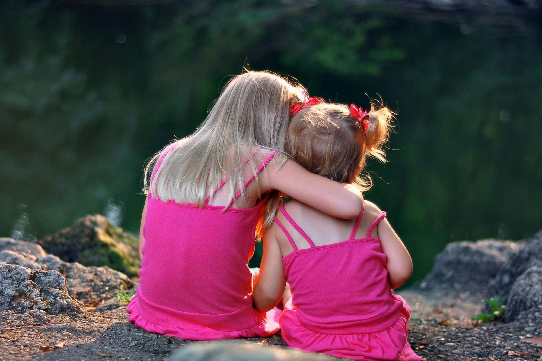 Две сестры картинки спиной