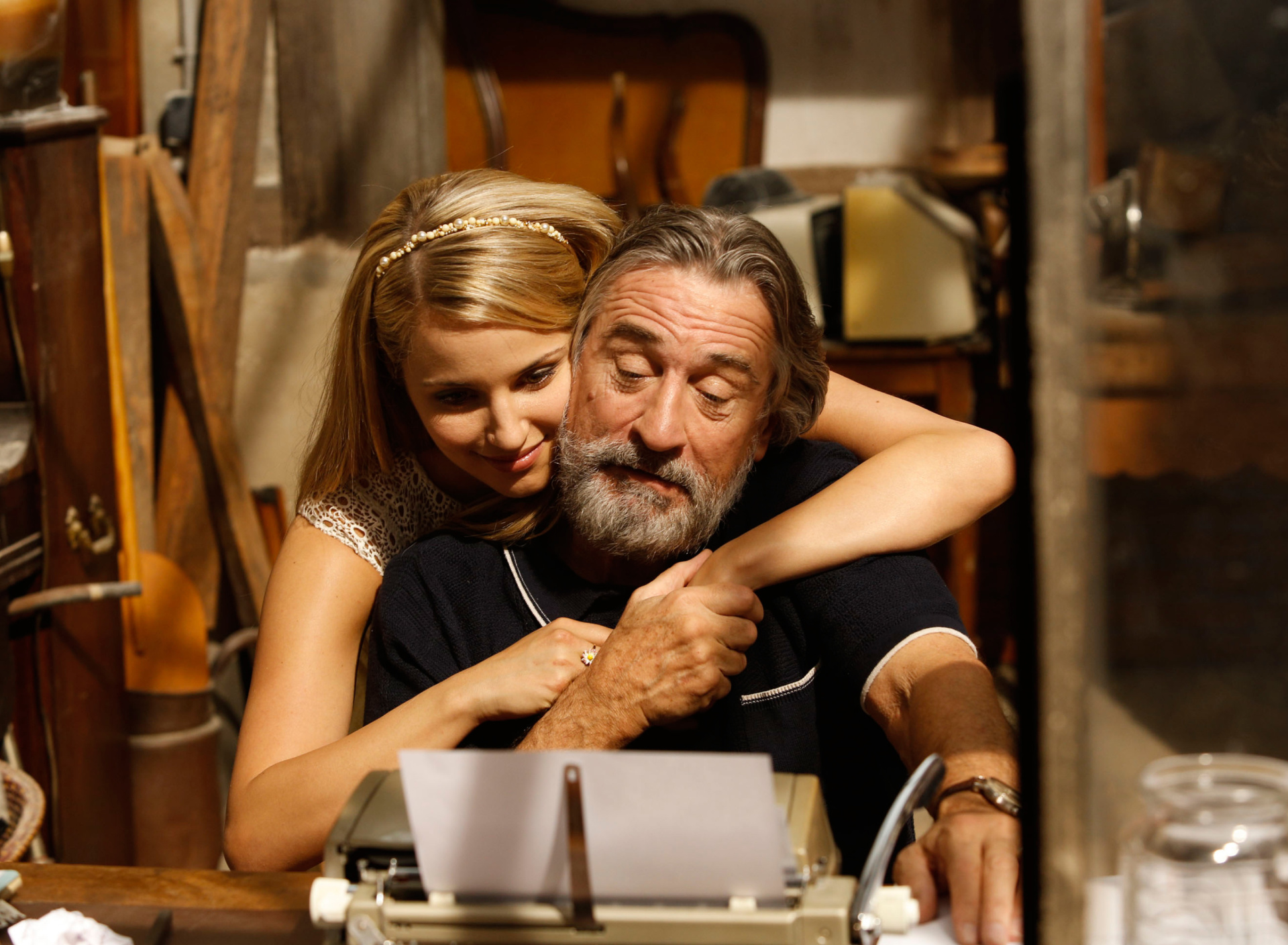 Screenshot №1 pro téma Robert de Niro and Dianna Agron in The Family 1920x1408