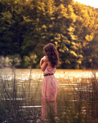 Girl In Summer Dress In River - Obrázkek zdarma pro 320x480