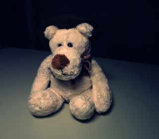 Sad Teddy Bear Sitting Alone sfondi gratuiti per 1024x1024