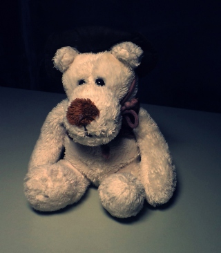 Sad Teddy Bear Sitting Alone sfondi gratuiti per 320x480