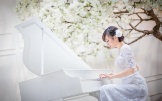 Kostenloses Cute Asian Girl In White Dress Playing Piano Wallpaper für Samsung Galaxy S6