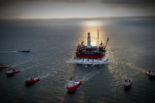 Oil platform in Sea Picture for Android, iPhone and iPad
