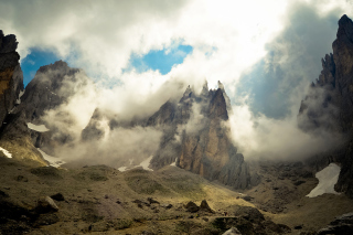 Free Mountains Peaks in Fog, Landscape Picture for HTC Wildfire