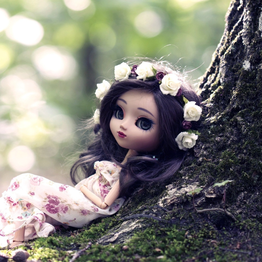 Screenshot №1 pro téma Beautiful Brunette Doll In Flower Wreath 1024x1024