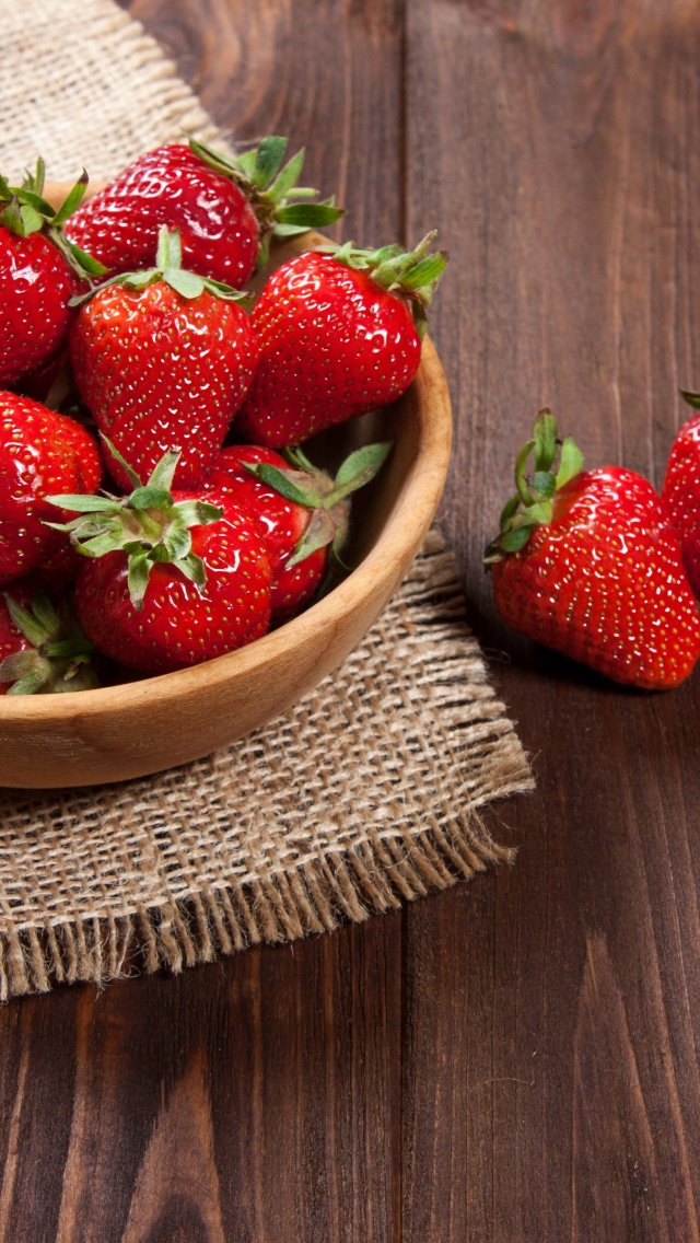 Basket fragrant fresh strawberries screenshot #1 640x1136