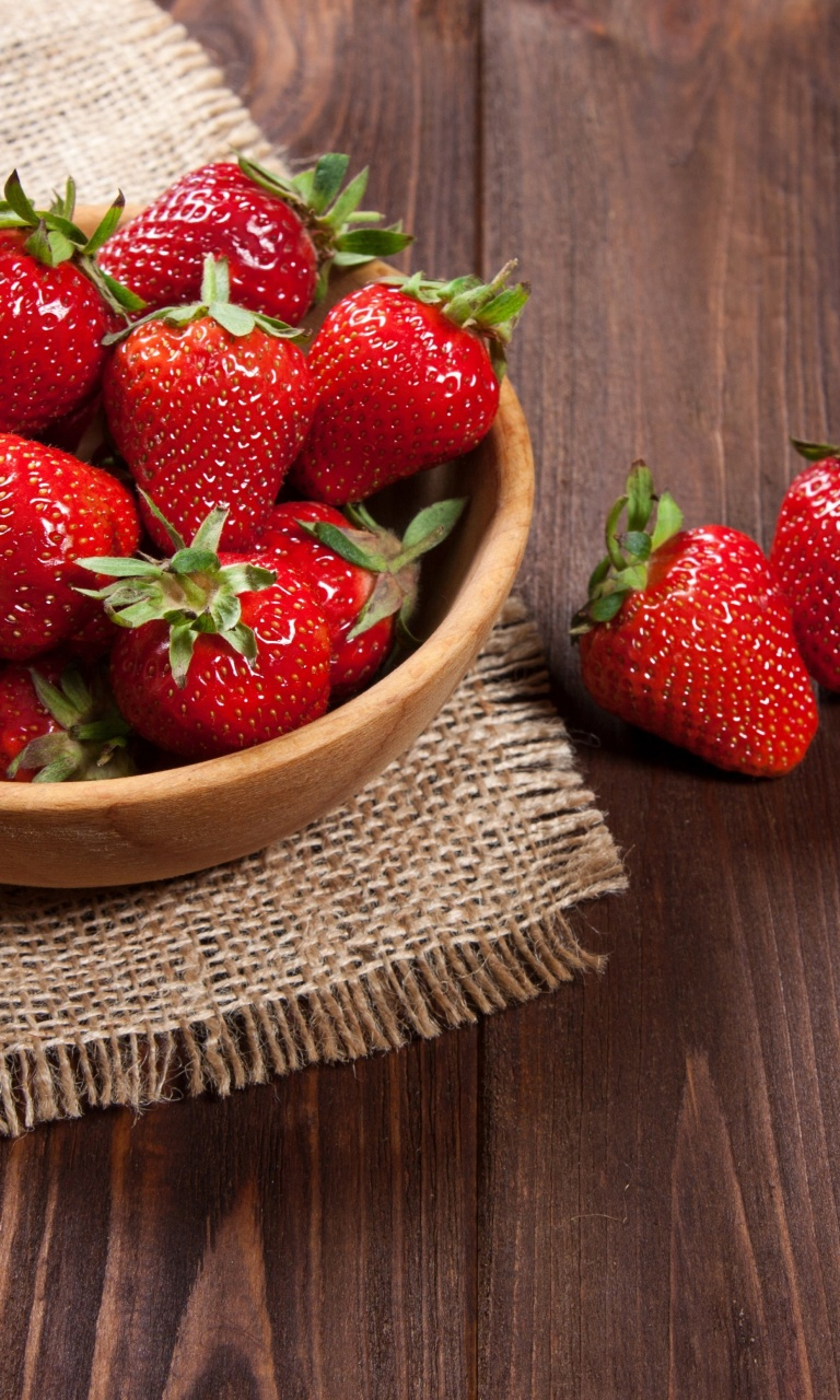 Screenshot №1 pro téma Basket fragrant fresh strawberries 768x1280