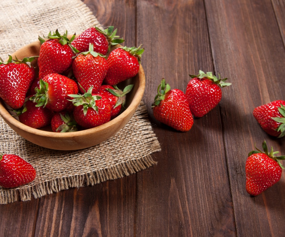 Screenshot №1 pro téma Basket fragrant fresh strawberries 960x800