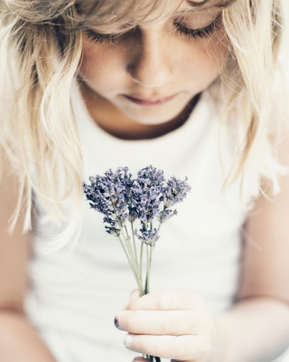Blonde Girl With Little Lavender Bouquet - Obrázkek zdarma pro Sharp FX