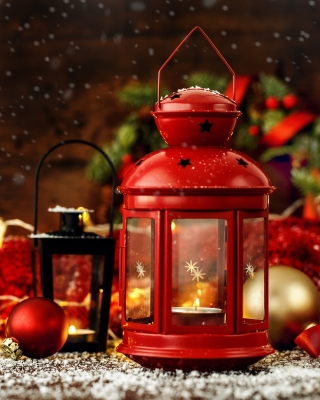 Kostenloses Christmas candles with holiday decor Wallpaper für 640x960