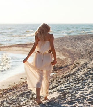 Girl In White Dress On Beach sfondi gratuiti per Samsung Dash