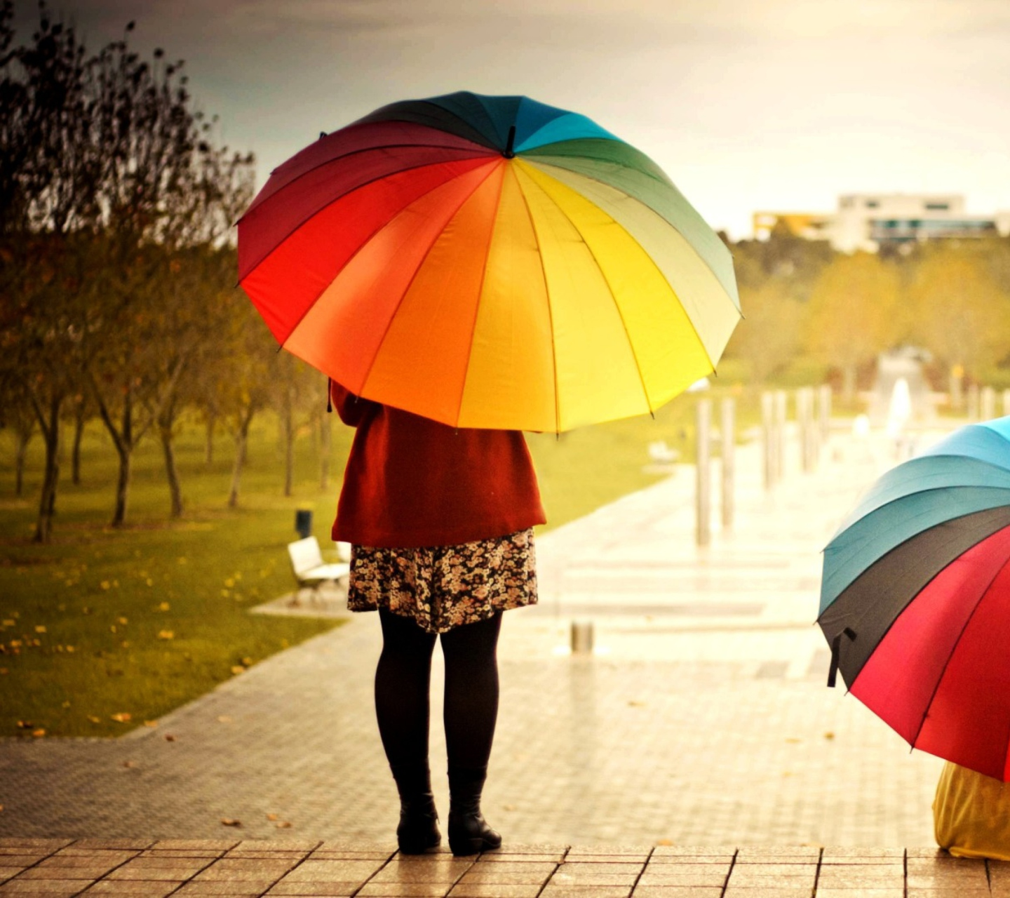 Screenshot №1 pro téma Girl With Rainbow Umbrella 1440x1280