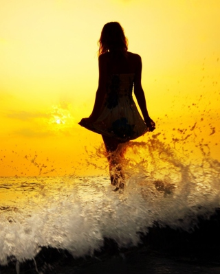 Girl Silhouette In Sea Waves At Sunset - Obrázkek zdarma pro 640x1136