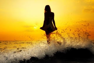 Girl Silhouette In Sea Waves At Sunset sfondi gratuiti per cellulari Android, iPhone, iPad e desktop