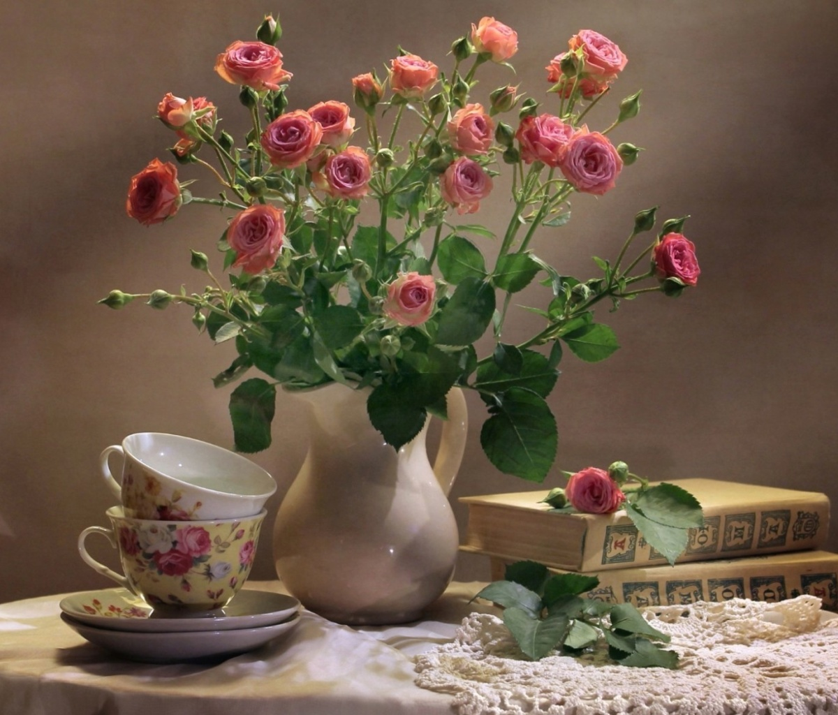 Screenshot №1 pro téma Still life of vintage books and roses 1200x1024