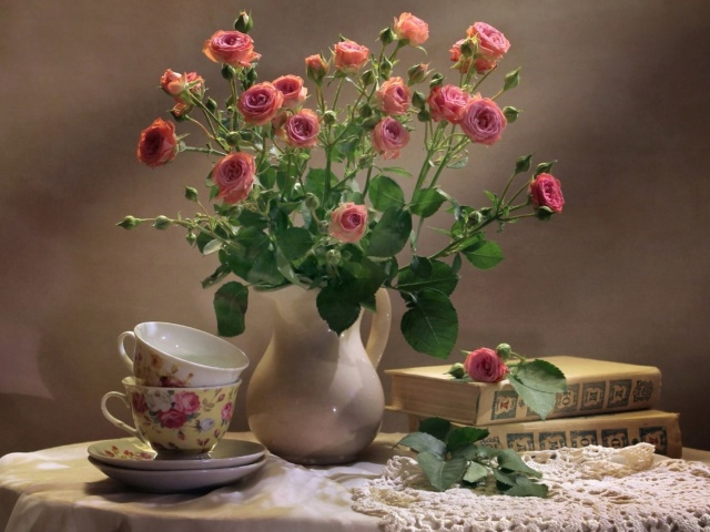 Screenshot №1 pro téma Still life of vintage books and roses 640x480