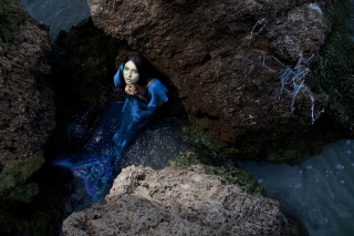 Blue Mermaid Hiding Behind Rocks - Fondos de pantalla gratis