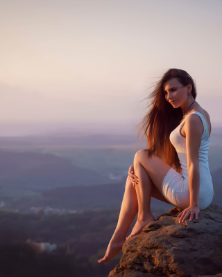 Girl with long Legs in White Dress sfondi gratuiti per iPhone 4S