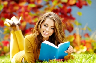 Kostenloses Girl Reading Book in Autumn Park Wallpaper für Android, iPhone und iPad