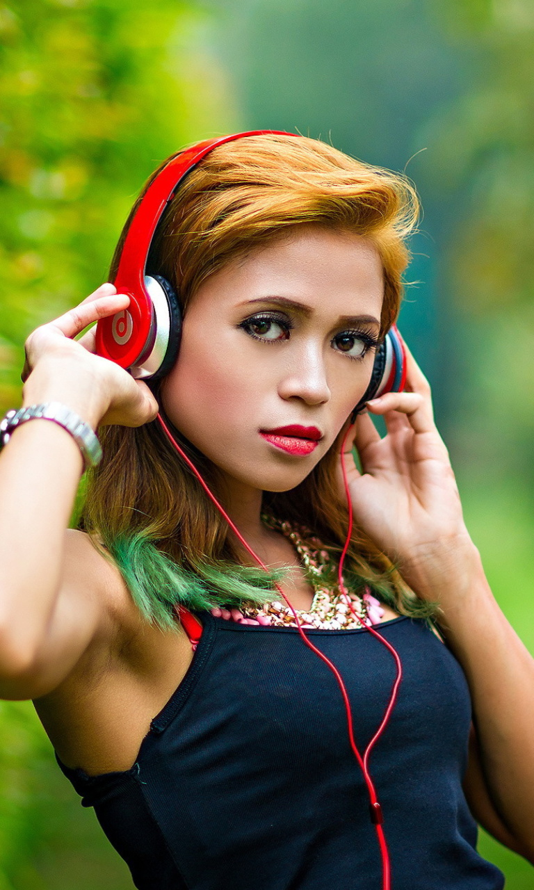 Sfondi Sweet girl in headphones 768x1280