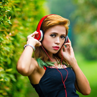 Sweet girl in headphones sfondi gratuiti per 1024x1024