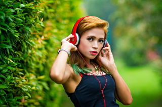 Kostenloses Sweet girl in headphones Wallpaper für Samsung Galaxy S6