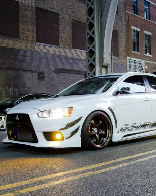 Street racing with Mitsubishi Lancer Evo X sfondi gratuiti per iPhone 6 Plus