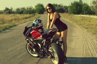 Kostenloses Hot Brunette And Suzuki Motorbike Wallpaper für Samsung Galaxy Note 4