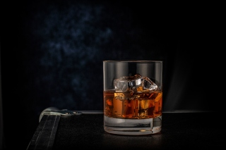 Free Golden Whiskey Glass Picture for 1600x1200