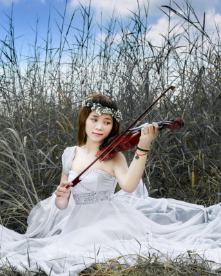 Free Asian Girl Playing Violin Picture for Nokia X2