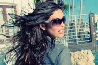 Free Girl In Sunglasses Picture for 960x800