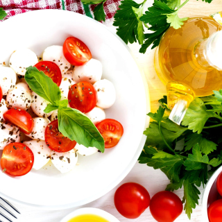 Salat, basil, parsley, mozzarella, tomatoes sfondi gratuiti per 1024x1024